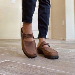 Vintage brown leather mules. 🤎